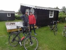 Zwei von uns vor der Hütte, die wir auf dem Campingplatz von Ärösköbing mieteten