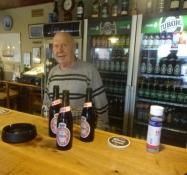 Der Krüger hat drei Flaschen Bier vor uns auf den Tresen gestellt
