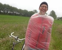 Bernhard im Kondom. Das Wetter erforderte Kreativitet bei der Kleidung