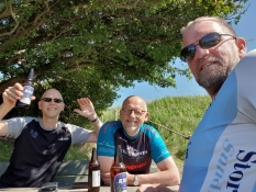 Bierpause für uns alle drei auf dem Kliff von Voderup