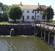 Es hat Steinmauern, Zugbrücke und Wassergraben, aber hat nie zu Verteidigungszwecken gedient