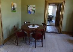 Drinnen im Hauptgebäude sind Möbel aus dieser Zeit ausgestellt