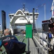 Die drei Brüder nehmen Abschied in Söby und fahren mit zwei unterschiedlichen Fähren nach Hause