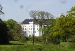 Das Schloss Dragsholm liegt in einem waldähnlichen Park