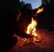 Das Lagerfeuer gibt Wärme an einem kalten und windigen Abend