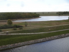 Das Naturschutzgebiet von Westamager von der Autobahnbrücke aus gesehen