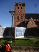 Die Kirche von Middelfart mit einer Fotoausstellung davor