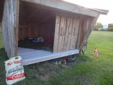 Das Shelter hat eine Bodenmatte und eine Tür gegen Wind