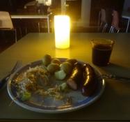 Mein Abendessen bestand aus dicken Würstchen, Kartoffeln und Coleslaw mit Bier dazu