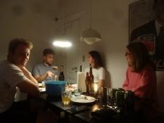 Gemütliches Zusammensitzen in Alexanders Wohnung bei gutem Essen und sehr viel Bier