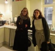 Die Mädchen scheinen Spaß zu haben in der Küche