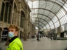 Man hat eine mächtige gläserne Halle vor das Straßburger Bahnhofsgebäude gesetzt