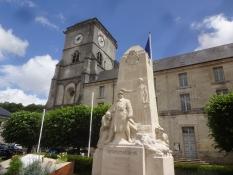 Die Kirche und ein französisches Kriegsmahnmal im Stadtzentrum von St. Mihiel