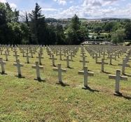 Ein Hügel übersät mit Kreuzen im französischen Soldatenfriedhof von St. Mihiel