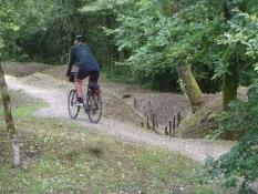 Simon radelt entlang der Schützengräben auf dem Hügel von Douaumont