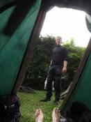 Zurück auf dem Campingplatz schieße ich dieses Bild von Alexander und meinen Füßen aus meinem Zelt
