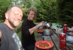 Meine Jungs kochen ein leckeres Spaghetti Bolognese-Abendessen mit Bier dazu