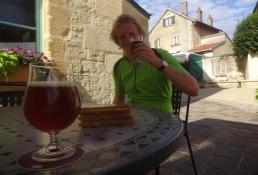 Simon, wieder sitzend, genießt ein lokales Double in Bier-Museum von Stenay