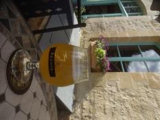 Alexander trinkt ein französisches Witbier, Weizenbier, aus der Brauerei Ardwen