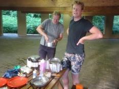 Die Jungs setzen alle drei Kocher ein, um ihr Risotto zu kochen