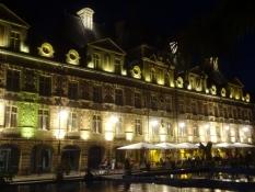 Der Platz ist von gleich aussehenden Prachtbauten umgeben
