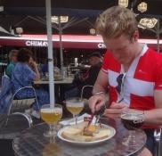 Alexander lässt es sich schmecken: Eine Auswahl lokaler Chimay Käsesorten und Chimay Witbier
