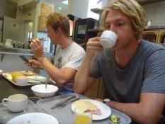 Weggetretener Simon, seinen ersten Schluck Kaffee schlürfend am Morgen