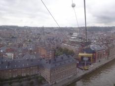 Hier ist ein Blick auf das Stadtzentrum von der Schwebebahn hinauf zur Festung