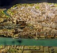 Modell der Stadt im Mittealter umgeben von einer Stadtmauer und mit der Festung über ihr