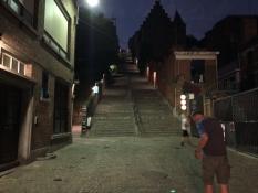 Spät abends in Lüttich. Kurz vor dem Anstieg die meditative Treppe Montagne de Bueren hinauf