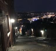 Wir sind oben. Vom Festungsgebiet hat man einen schönen Blick auf Lüttich bei Nacht