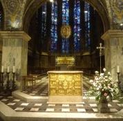 Dies ist der Altar mit dem Karlsschrein und den hohen Fenstern im Chor