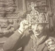 Amerikanischer G.I. mit der Krone Karls des Großen auf dem Kopf nach der Alliierten Einnahme Aachens