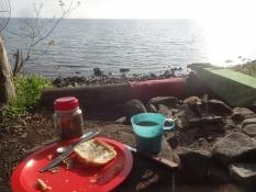 Frühstück auf meinem Zeltplatz am Meer