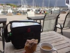 Kaffee und Eis im Sportboothafen von Viken
