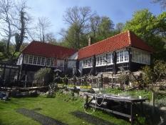 Das Restaurant Ransvik hat eine hervorragende Lage überm Meer und hinterm Wald
