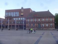 Das Rathaus von Halmstad neben dem alten Krug ʺDrei Herzenʺ