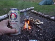 Ich schloss den Tag mit einem Lagerfeuer und einem Weizenbier ab