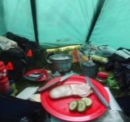 Kochen in dem geschlossen Zelt auf dem Zeltplatz von Brigsted wegen anhalteden Regens