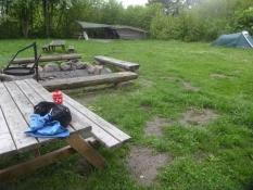 Der Zeltplatz von Brigsted ist gut ausgerüstet mit Shelter, Tisch, Wasserhahn und Plumpsklo