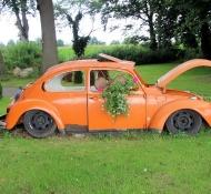 Alter VW-Käfer als Garten-Deko