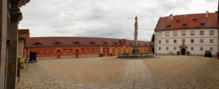 Oettingen, Schlosshof mit Marienbrunnen