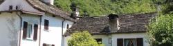 Steingedeckte Häuser bei Prata